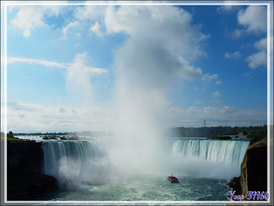 En chemin vers la balade en bateau au pied des chutes - Niagara Falls - Ontario - Canada