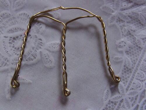 Boucles d'oreilles avec des bouchons métalliques torsadés