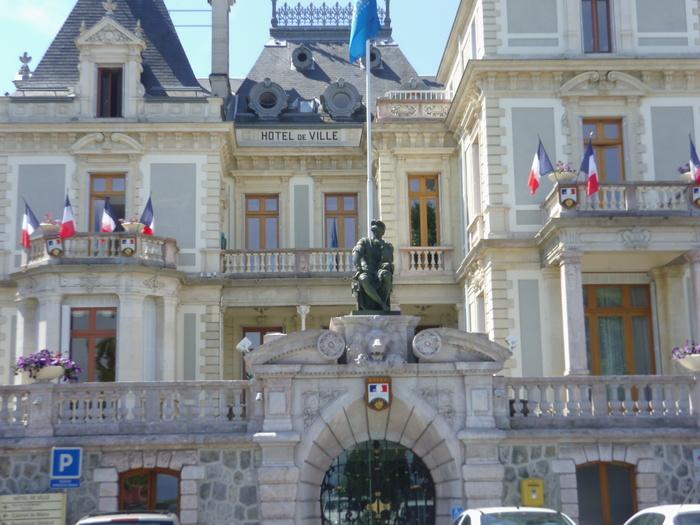 C'était le 31 mars 1961, le maire d'Evian était victime de l'OAS, alors j'ai voulu voir Evian, son Hôtel de Ville, l'Hôtel Beau Rivage propriété de Camille Blanc où il fut assassiné
