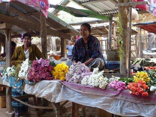 un petit marché local dans la campagne