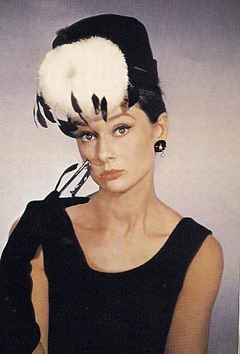 Années 50 A. Hepburn dans Diamants sur canapé
