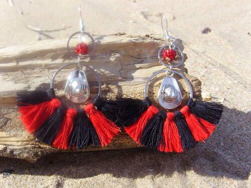 Boucles d'oreilles country pompons rouges et noires réalisées par sylvie le brigant