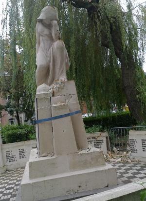 Un arbre vénérable mais fragile blesse le monument aux morts Square Joséphine Charlotte