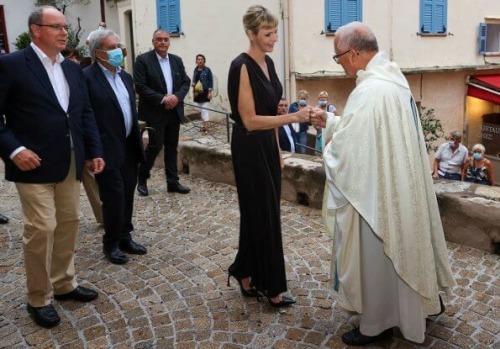 Charlène reçoit le prix pour son
