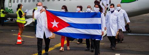 Une équipe de médecins cubains arrivent à l\'aéroport Martinique-Aimé-Césaire, au Lamentin, le 26 juin 2020.