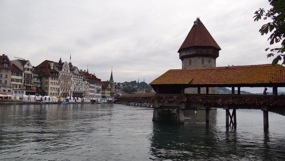 Le pont de Lucerne, plus ancien pont couvert en bois d'Europe...