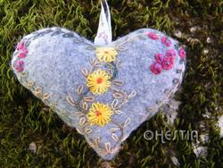 coeur gris fleurs jaunes