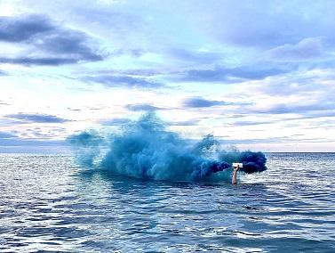 Les fumigènes sont plus beaux sur la mer que dans les manifs ...