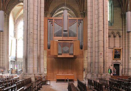 Photographie couleur d'un orgue posé entre deux piliers de la cathédrale. Le buffet est de style moderne.
