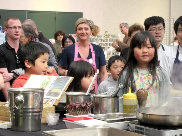 """Takashi Kinoshita , chef étoilé du Château de Courban,  a démontré tout  son talent au salon """"Art et Saveurs"""" organisé par le Lions Club"""