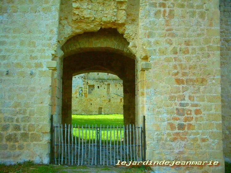 Château de Budos ... Le château de Budos est situé dans la commune de Budos, dans le département de la Gironde, en France.