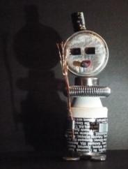 Y187 - Le robot ami du jourAutre robot pour Noël, Y187 Son modèle vivant aime les mots (surtout les jeux de mots) d'où son pagne (oui il porte des pagnes) rempli d'écriture, il fume le cigare presque