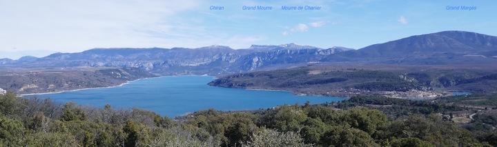 Le lac, depuis Sainte-Croix (à gauche) à Bauduen (à droite)