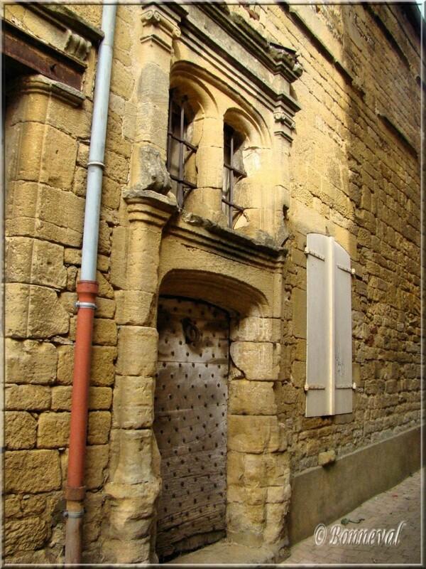 Gourdon porte d'une maison rue Zigzag pilastres fenêtre géminée Lot