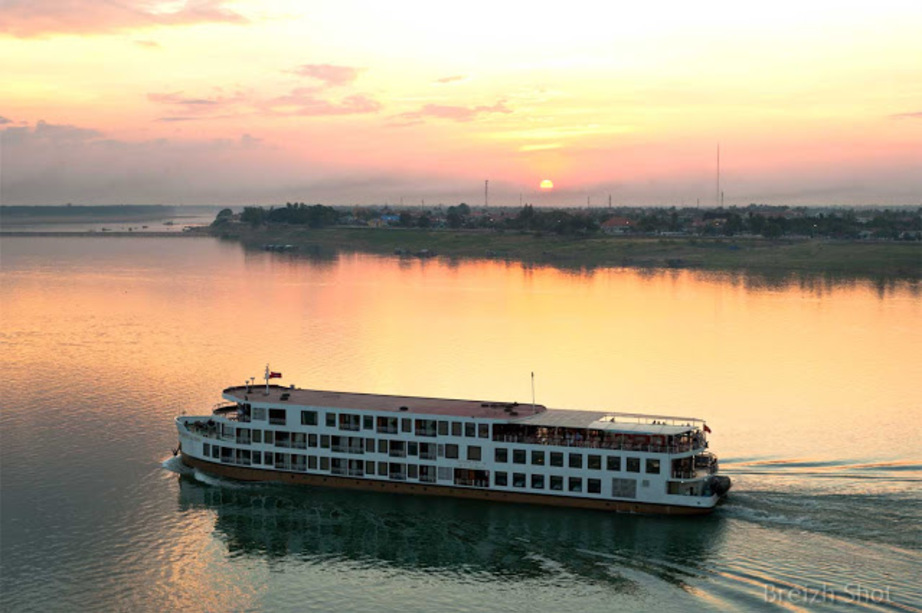 Le ferry du Mékong au coucher du soleil