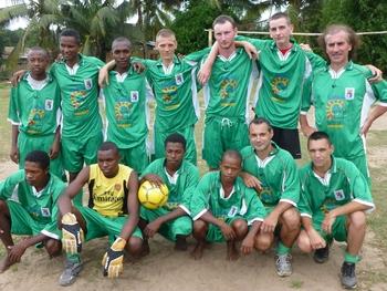 le match de football contre une équipe locale
