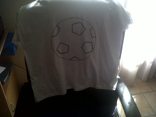 Les patrons, pour les balons vu qu'on vois à travers les tee-shirts nous avons dessiné les pentagones (avec deux stylo indélébile pour textile noir et marron) par transparence, et les patrons pour les lettres plus qu'à peindre en tamponnant avec un pinceau brosse!!