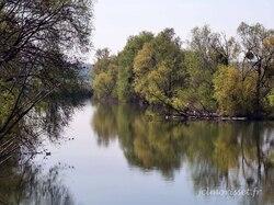 la rivière l'Ognon, de l'autre côté le Jura
