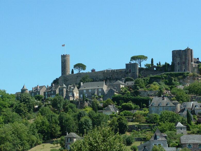 Turenne (1) un village médiévale bâti sur une colline en Corrèze autour de son château en région Limousin.