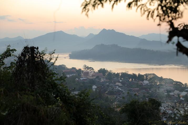 Luang Prabang vu du Mont Phousi à la tombée de la nuit, Laos