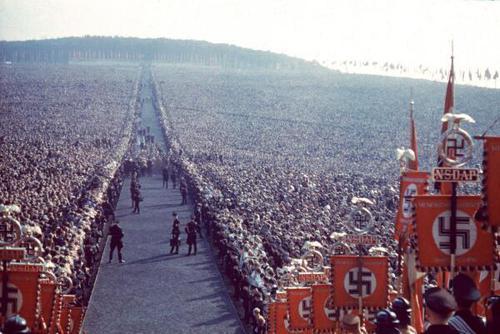 Photo couleur prise lors d'un meeting Nazi en 1930 par un photographe de Hitler