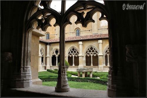 Abbaye de Cadouin le cloître arcades des galeries et vasque