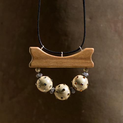collier en acacia et perles magiques