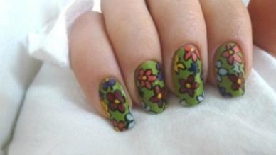 Nail Art cascade de fleurs