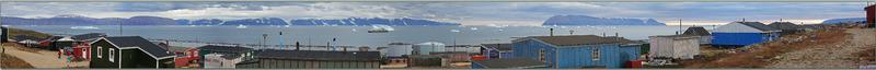 Visite de Qaanaaq : divers panoramas sur le bas du village et sur la baie avec l'Austral ancré, mais sous surveillance accrue à cause des icebergs qui défilent - Groenland