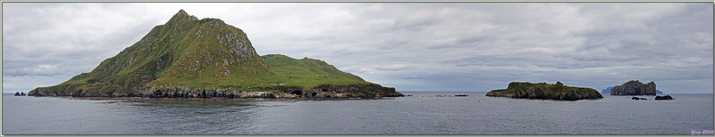 Nightingale Island, Middle (or Alex) Island, Stoltenhoff Island avec, au loin derrière, Inaccessible Island - Tristan da Cunha