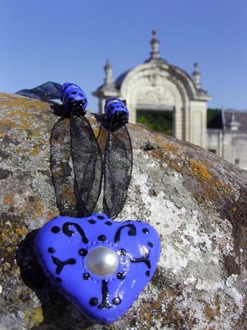 Collier coeur de couleur bleue avec sa perle de culture fantaisie-En arrière plan, la chartreuse du Liget (12ème siècle)