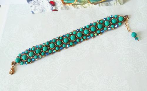 Bracelet tissé Turquoise / Rosée, Pierre de howlite teintée turquoise et Cristal de Swarovski / Laiton doré