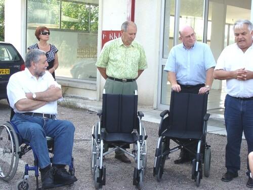 Remise de fauteuils roulants pour le Musée
