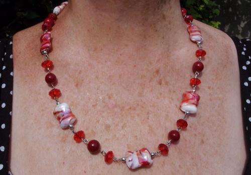 collier en perles de verre rouge