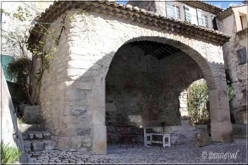 Lavoir de la Fontaine aux Mascarons Séguret Vaucluse