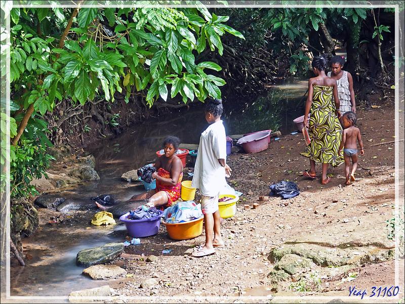 Vie de tous les jours à Antanambe : lavandières - Nosy Sakatia - Madagascar
