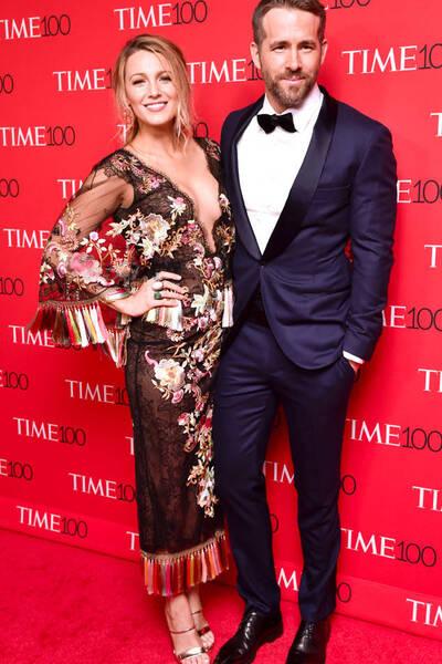 Blake Lively en une robe de soirée imprimée et son mari