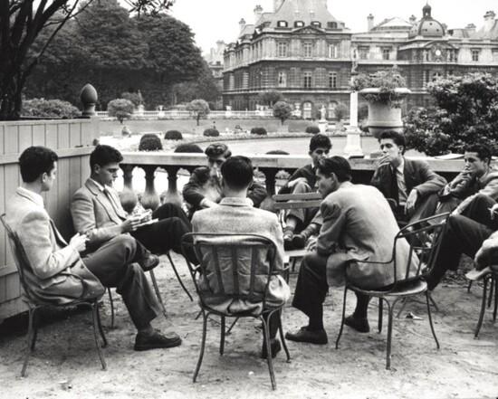 Étudiants préparant leurs antisèches au Jardin du Luxembourg