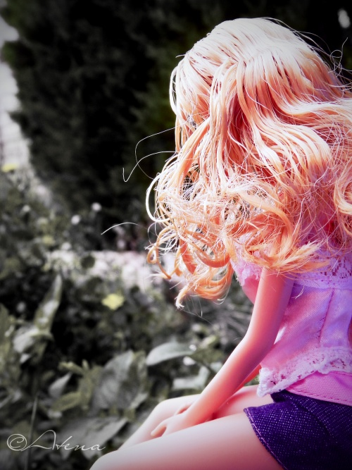 Barbie :(Seule avec sa tristesse ,elle repense a sa vie.)