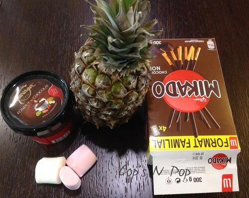 Petites brochettes sucrées entièrement comestibles :mikado - ananas