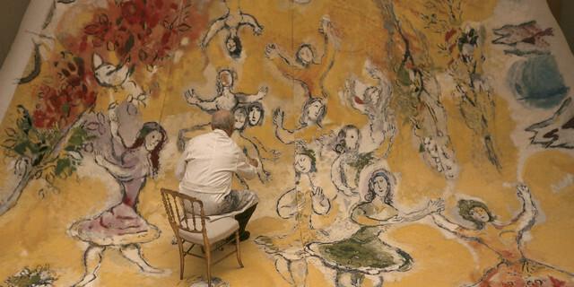 Détail d'un cliché du photographe Izis montrant Marc Chagall en 1964 au travail sur le plafond de l'Opéra de Paris. Ici, la partie du panneau concernant Mozart, le compositeur préféré du peintre.