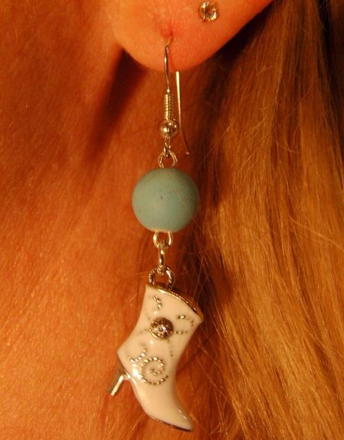 Boucles d'oreilles country de couleur turquoise avec sa santiag blanche