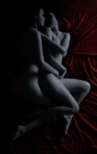 mourir de plaisir deux femmes nues lesbiennes allongees rouge