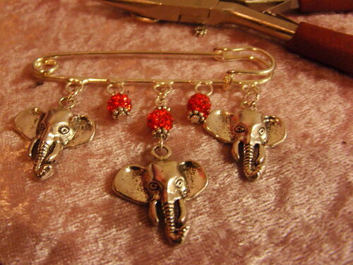 Broche éléphants avec leurs perles shamballas rouges