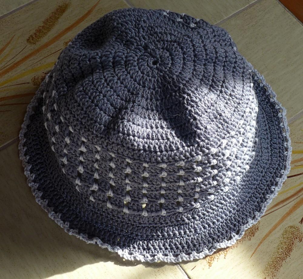 Un chapeau bicolore gris, perle et anthracite...