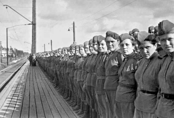 Gloire aux héroïnes de l'union soviétiques qui nous ont libérées du fascisme !