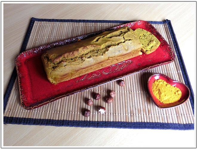 Cake au curcuma, noisettes et raisins secs