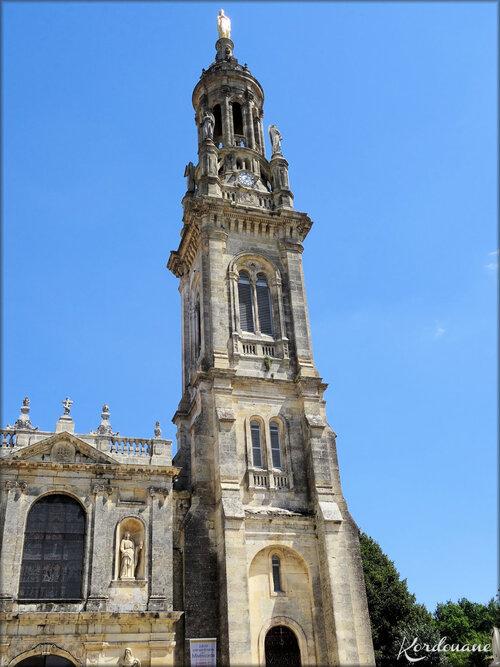 Photo de la façade et statues (N.D. de Verdelais)