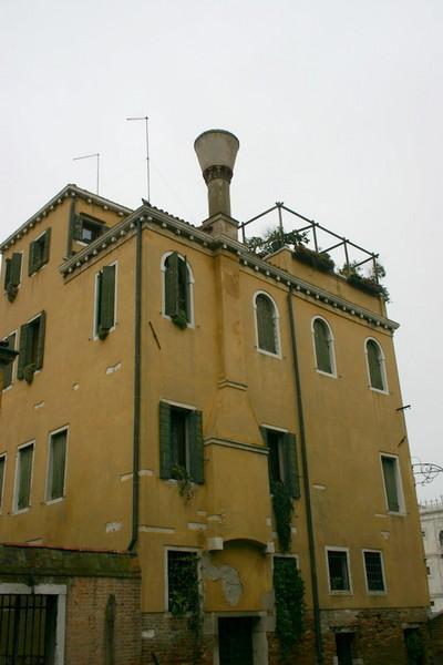 Blog de dyane :Traces de Vie, Maison jaune, sa cheminée et sa terrasse....