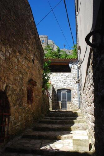 Une ruelle caladée bordée de vieilles maisons